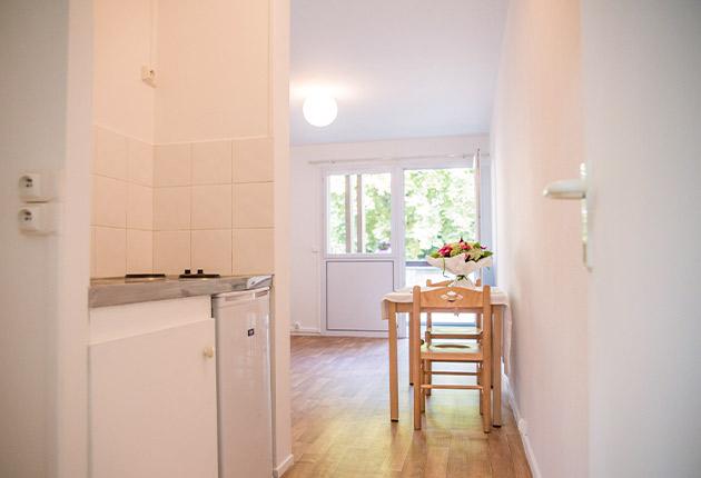 Intérieur côté cuisine d'un studio de la résidence Agefo J-F.de La Pérouse Versailles (78000)