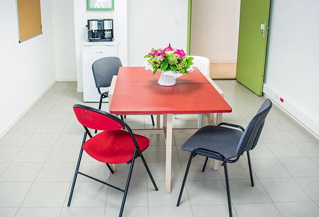 Photo des tables de l'espace commun de la résidence étudiante J-F.de La Pérouse à Versailles (78000)
