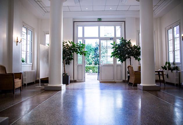 Entrée avec coin salon et plantes de la Résidence J.Lejeune, Paris 75015