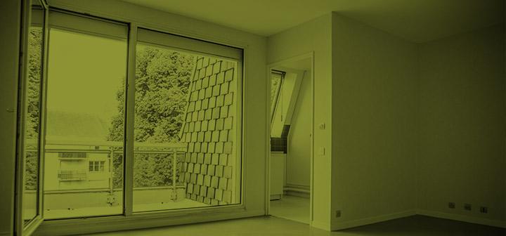 Intérieur d'un appartement privatif avec vue sur balcon de la maison de retraite C.Foucauld à Saint-Brice-Sous-Forêt (95350)