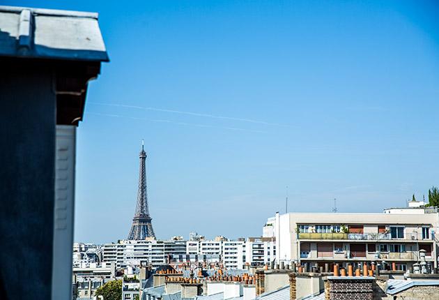 Vue sur la tour Eiffel depuis un studio étudiant de la Résidence J.Lejeune, Paris (75015)