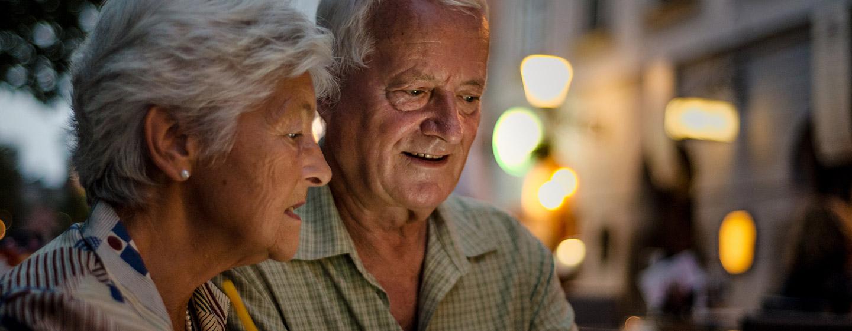 Couple de retraités au coeur de la maison de retraite Pvillon M.Caters dans Paris (75015)