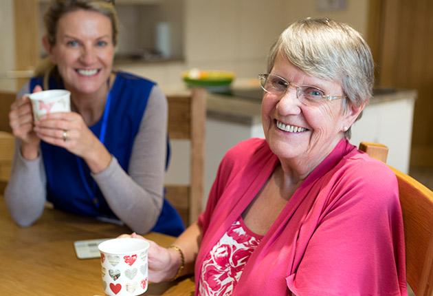Photo d'une retraitée avec un membre de l'équipe Agefo à la Maison de retraite du Pavillon M.Caters, Paris 75015