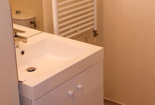 Salle de bain d'un studio de la résidence J. de la Bruyère à Poissy (78300)