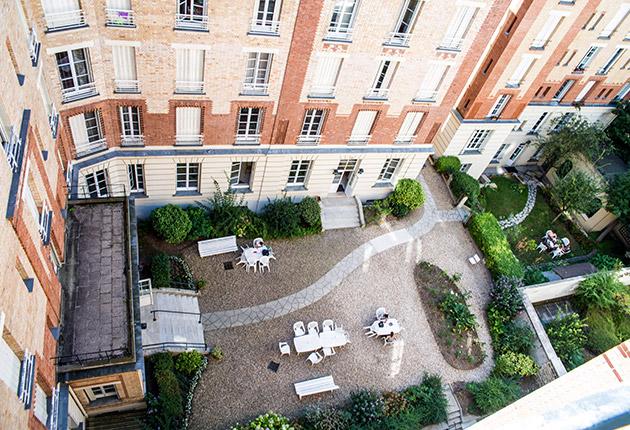 Vue plongeante sur le jardin et la cour de la Résidence J. Lejeune, Paris (75015)