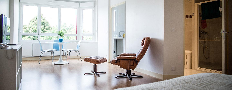 Intérieur d'un appartement lumineux à la maison de retraite E.Dobler à Soisy-Sous-Montmorency 95230