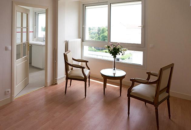 Coin petit salon d'un appartement privatif pour senior dans la Résidence R. Debenedetti à Sartrouville (78500)