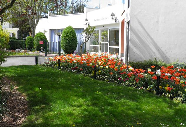Extérieur fleuri de la maison de retrait H.Berlioz à Saint-Germain-En-Laye (78100)