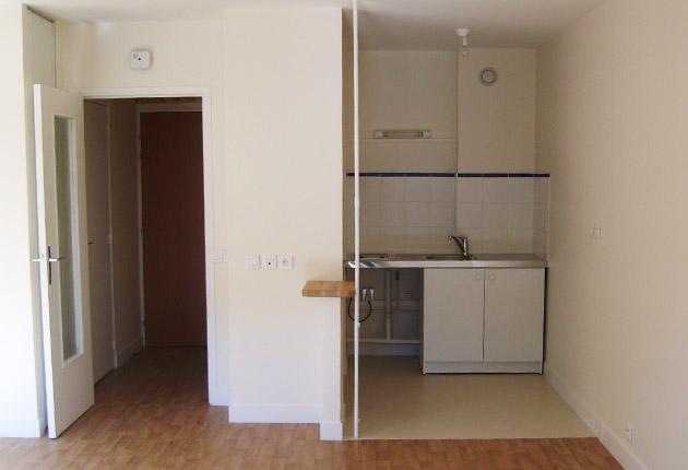 Intérieur côté entrée d'un appartement pour senior de la maison de retrait H.Berlioz à Saint-Germain-En-Laye (78100)