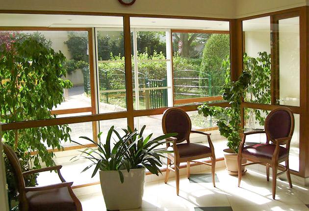 Salon avec baie vitrée de la maison de retraite H.Berlioz à Saint-Germain-En-Laye (78100)