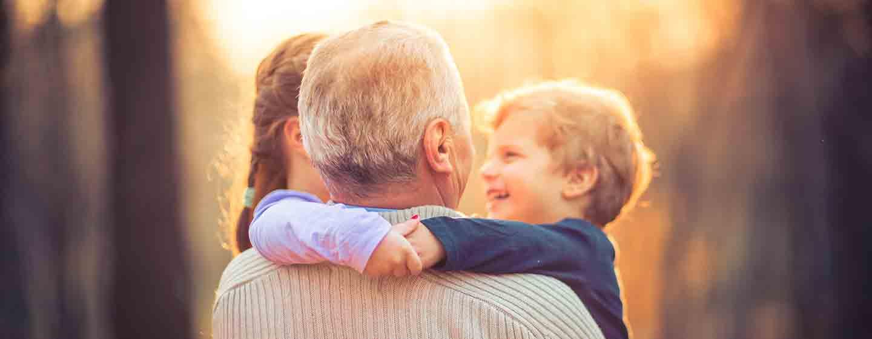Un retraité enlaçant ses petits enfant à la maison de retrait E.Dobler à Soisy-Sous_montmorency (95230)