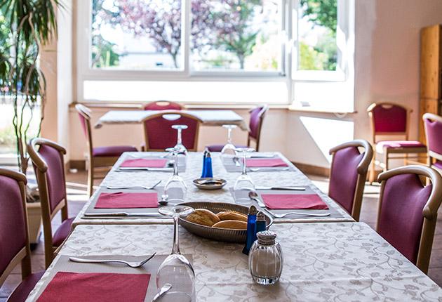 Table dressée dans la salle de restauration d'une maison de retraite Agefo